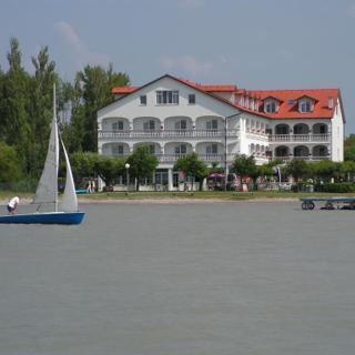 Seehotel Herlinde - Doppelzimmer mit seitl. Seeblick, ohne Balkon - Seehotel Herlinde - Doppelzimmer mit seitl. Seeblick, ohne Balkon