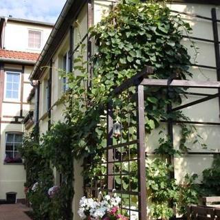 Pension Helene - Ferienwohnung mit Campingstellplatz - Ferienwohnung mit 2 Doppelbettzimmern, einem Einzelbettzimmer und Kinderbett - Bad Blankenburg