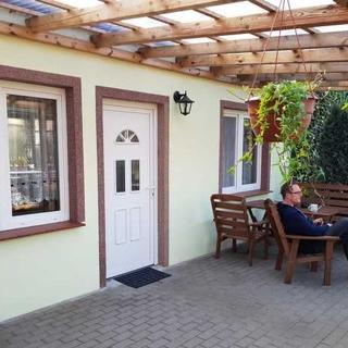 Fewos Krohn, Rainer mit überdachten Terrassen und Grill - Ferienwohnung 2 - Kamminke